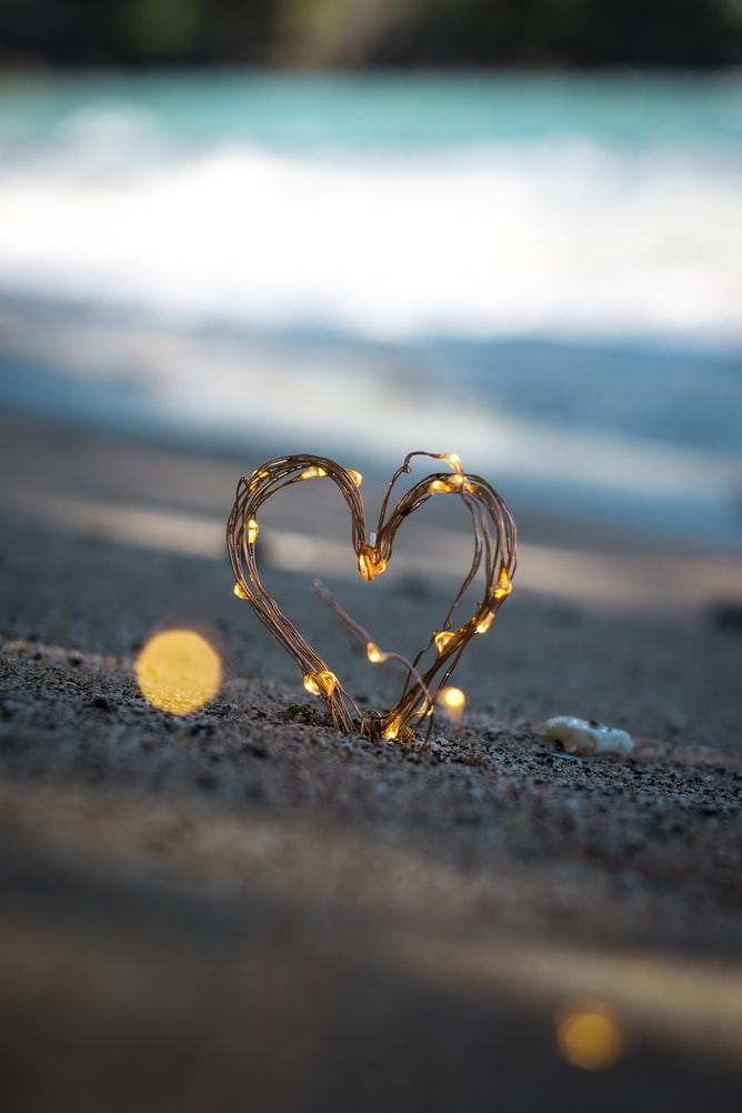 Esta colección de poemas de amor es un espacio en donde el amor se convierte en la llave que genera fortaleza, intensidad, e ilusión entre personas, lugares y objetos.